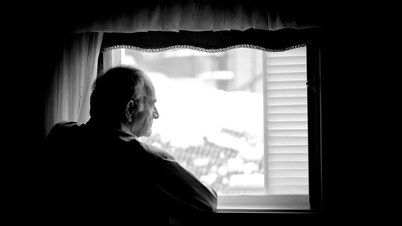 Loneliness In Seniors: 5 Warning Signs And Steps To Reduce It